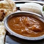 マサラ - ラルカーセット(シーフードカレー、ナン、チキン、ライス、サラダ)