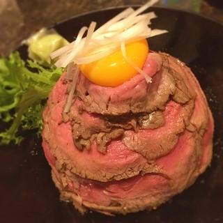 the肉丼の店だいにんぐ 高田馬場店 - 本日のディナー☆  ローストビーフ丼  ご飯のボリュームは少ないものの存在感のあるタレの味と広げてみると意外にボリュームのあるローストビーフにテンアゲです٩(๑òωó๑)۶