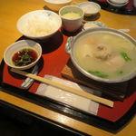 金のわらじ - 博多水炊き小鍋定食:水炊き小鍋 野菜入り、おかず5品盛り、スープ、ご飯、デザート(ぶどうのゼリー)3