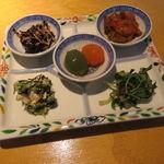 金のわらじ - 博多水炊き小鍋定食:水炊き小鍋 野菜入り、おかず5品盛り、スープ、ご飯、デザート(ぶどうのゼリー)4