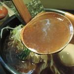 らーめん まとい - 醤油ラーメンのスープ