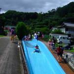 竹田の中華そば こっとん - 魅力的な川の水を使ったスライダープール
