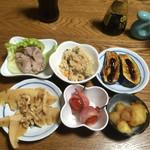 紀八 - 本日のお通しはまさかの6種類!ヤッタ!!       日によって皿の数が違います。最低でも3種類はありまーす。