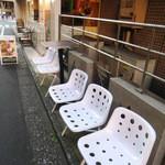 カフェ ド ラ ヴィル - 店外の椅子