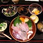 和風居酒屋 なぶら - なぶら @横須賀中央 地魚丼 730円+ランチセット 150円