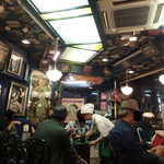 ラッキーピエロ 函館駅前店 - アールデコ調で統一したトチ狂った店内