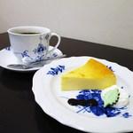 Cafe Kuromimi Lapin - ビタースイート&フルボディ(フレンチロースト)、自家製チーズケーキ