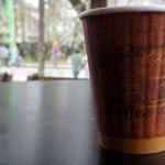 櫻丸珈琲 - 外のテラスでホットコーヒー ¥400 を