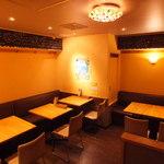 地下のスペインバル ALBA - 奥のテーブル席 18名様までの宴会対応可能
