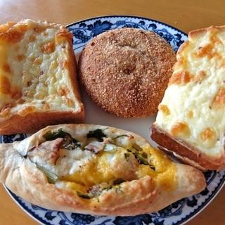 大鳳堂 - 料理写真:左上からグラタンパン・焼きカレーパン・クロックムッシュ・ほうれん草とベーコン