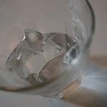 40162448 - お冷やの氷が、お酒で使われるような大きなサイズ。
