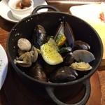 ビストロ シバ - ムール貝とあさりの白ワイン蒸し¥980