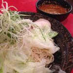 ばくだん屋 - 野菜も補給出来る廣島つけ麺5辛