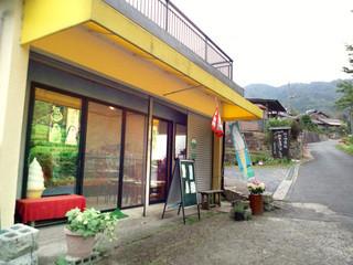 石田長栄堂 - お店は「石寺の茶畑」からすぐ近く。横に駐車可能