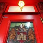 ティーサロンジークレフ - 真っ赤なドアを見上げる