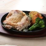 自家製ハーブ塩で焼き上げた、若鶏のステーキ(約300g)