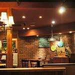 熟成肉バル レッドキングコング 橋本 - レンガの壁、温かみのある落ち着いた素敵な店内。
