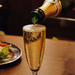 熟成肉バル レッドキングコング 橋本 - ギリギリまで注いでくれるギリギリスパークリングワイン♪
