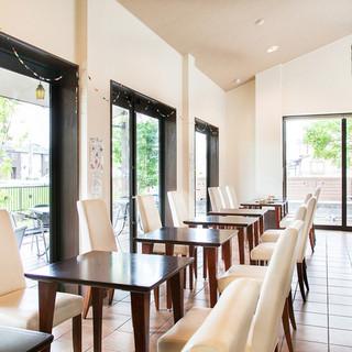 天井が高くゆったりとしたカフェ。テラス席ならペット同伴もOK