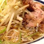 神名備 - 醤油ラーメンの丼表面