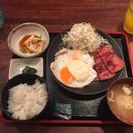 花唄 - BBQタルタルスパム定食 マンゴージュース ミミガー(左上)