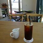 カフェ エバーグリーン - ロングブラックアイスコーヒーと店内