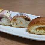 40194224 - クロワッサン、パン・オ・フリュイ・エピス、ハムとチーズのプチサンドイッチ(断面)