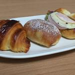 40194226 - クロワッサン、パン・オ・フリュイ・エピス、ハムとチーズのプチサンドイッチ