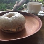 オッコ ベーグル - くるみベーグル  メープルウォルナッツのクリームチーズを挟んで頂きました (*´ڡ`●)  勉強の一息に。