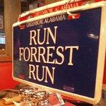 ババ・ガンプ・シュリンプ 東京 - 青のナンバープレート「RUN FOREST RUN」にすると店員さんが来る仕組み!
