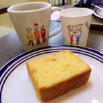 ホリーズ・カフェ - オレンジパウンドケーキとコーヒー