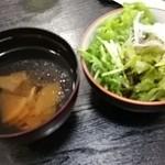 水琴茶堂 - 具の少ないとん汁とサラダ