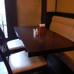 ひろ武 - 店内テーブル席の様子