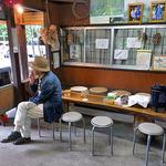 清水屋 - 小屋の中の飲食スペース(2015年7月)