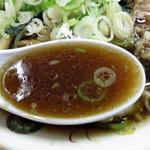 青島食堂 西堀店 - 醤油と動物性出汁のコクはありますが、思ったよりずっとマイルドでした。                             豚ガラの出汁だとしても、九州の豚骨ラーメンのような特有の風味はなく、                             生姜の風味もかなり控えめです。