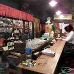 からし屋 - レトロでゴチャっとした店内。 70歳過ぎの女性店主が一人で切り盛りしているお店です。