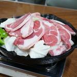 ジンギスカン食堂 - 料理写真:肉を焼く際は、野菜の上に載せた方がイイらしい!!