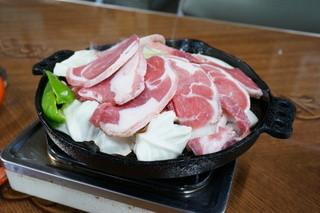 ジンギスカン食堂 - 肉を焼く際は、野菜の上に載せた方がイイらしい!!