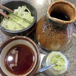 須坂屋そば 新潟駅前店 - 薬味は、白ネギの刻み・スリゴマ・ワサビ。                             これらをたっぷり入れて頂きます。                             九州人も好きそうな甘めのつゆがたっぷりついてきます。