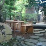 40214879 - 外からアクセスする木の六角テーブル席