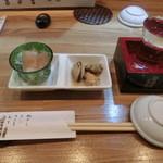 旬楽 ながた - 付き出し。芋茎、貝。お酒は太平洋680円。