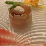40220387 - ホワイトアスパラのムースの上に毛ガニとコンソメのジュレ、ホワイトアスパラのスライスで包んでウズラのポーチドエッグのせ、トマトソース