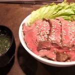 焼肉家すみび - ローストビーフ丼スープ付きです