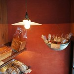 ネコノテパン工場 - 裸電球に照らされたパンたち