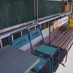 やまねこカフェ - 表のベンチや椅子が、ノスタルジーを感じます