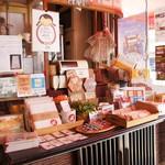 やまねこカフェ - 入ったところには、いろんな雑貨の販売コーナーが・・・あれっ、ここも昔はタバコ屋さんだったの?
