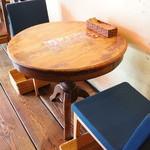やまねこカフェ - 隣のブルーの2人掛けテーブル、こちらも魅力ありますね
