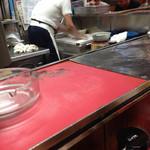 福福中華そば - 餃子の皮 麺棒で伸ばしてます