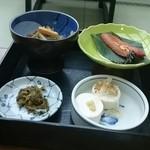 丹泉ホテル - 菜っ葉と薩摩揚げの煮物、金目鯛の焼き物、冷や奴、香の物