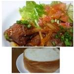 カルボナーラ - お肉は玉ねぎと共に甘辛くお味付されていて好みです。このお値段ですから輸入肉かもしれませんが柔らかいですよ。 パンは軽く温めてありました。